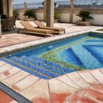 Suelos terrazos y azulejos para piscina