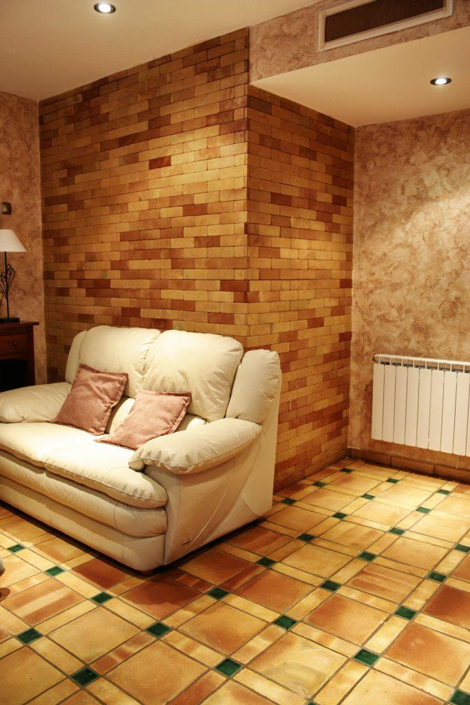 Suelos de barro combinados con azulejo para salon