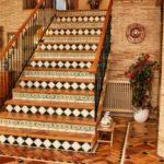 Suelos cerámicos con azulejos decorativos