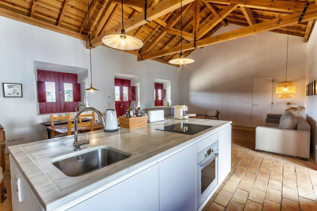 cocina rustica decorada con suelo rustico