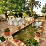 Jardín mediterráneo, en el suelo baldosas de terracota manuales.