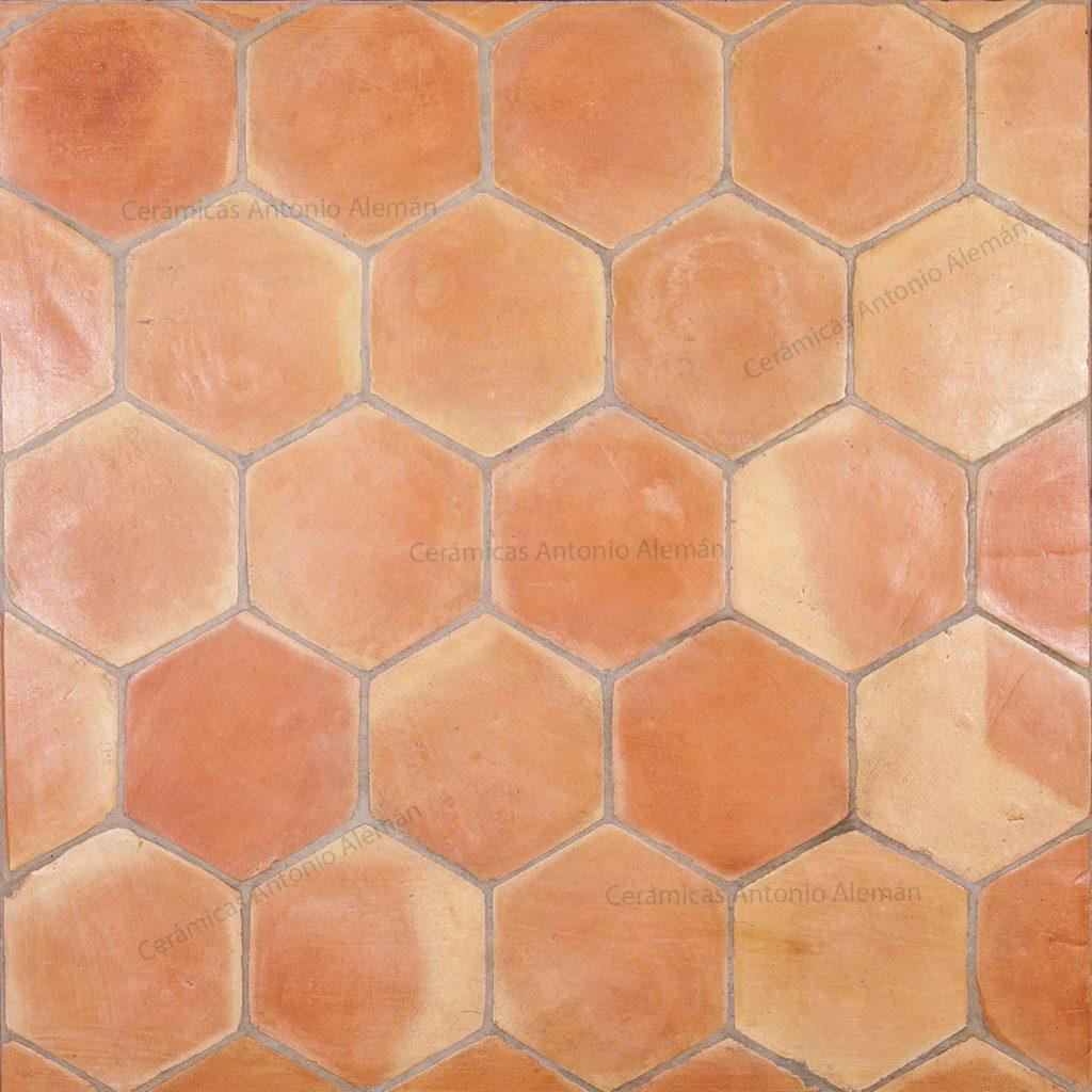 Hexagonal handmade terracotta tiles cer micas antonio alem n for Baldosas de barro cocido