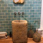 azulejo rústico en baño pequeño