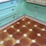 Suelo de cocina octogonal de barro cocido.